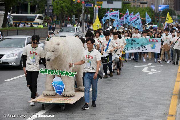 기후행진 2018의 선두에서 함께한 그린피스의 북극곰