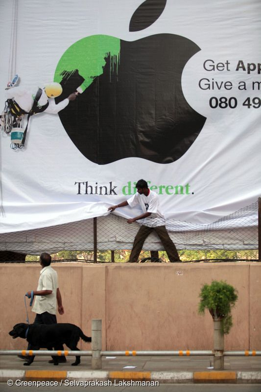 그린피스 활동가들이 애플 인도 본사 앞에서 그린에너지로의 전환을 요구하는 액션을 펼치고