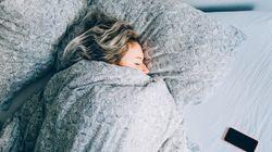 Eine Frau geht alleine ins Bett – am nächsten Tag findet sie ein verstörendes Bild auf ihrem Handy