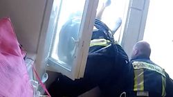 Ungewöhnliche Rettung: Feuerwehrmann lehnt sich aus dem Fenster und rettet einem Menschen das