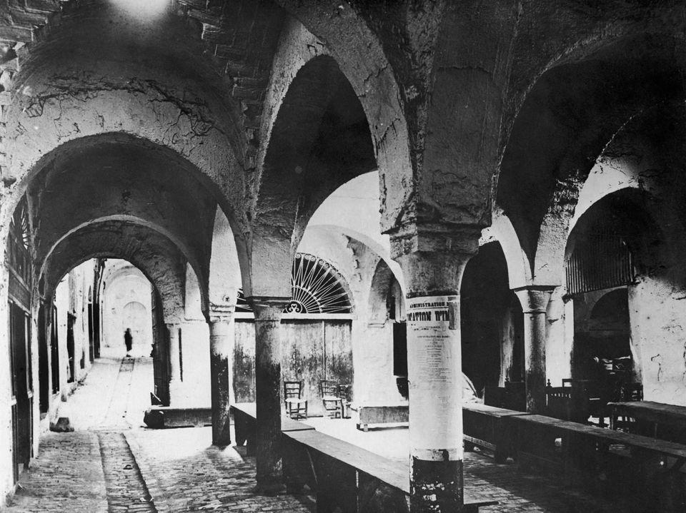 Vue de l'ancien marché des esclaves datant de l'époque romaine, à Tunis en 1940....