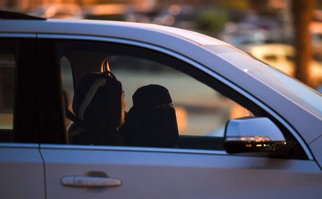 Une Saoudienne prend le volant aux côtés d'une monitrice libanaise d'auto-école lors...