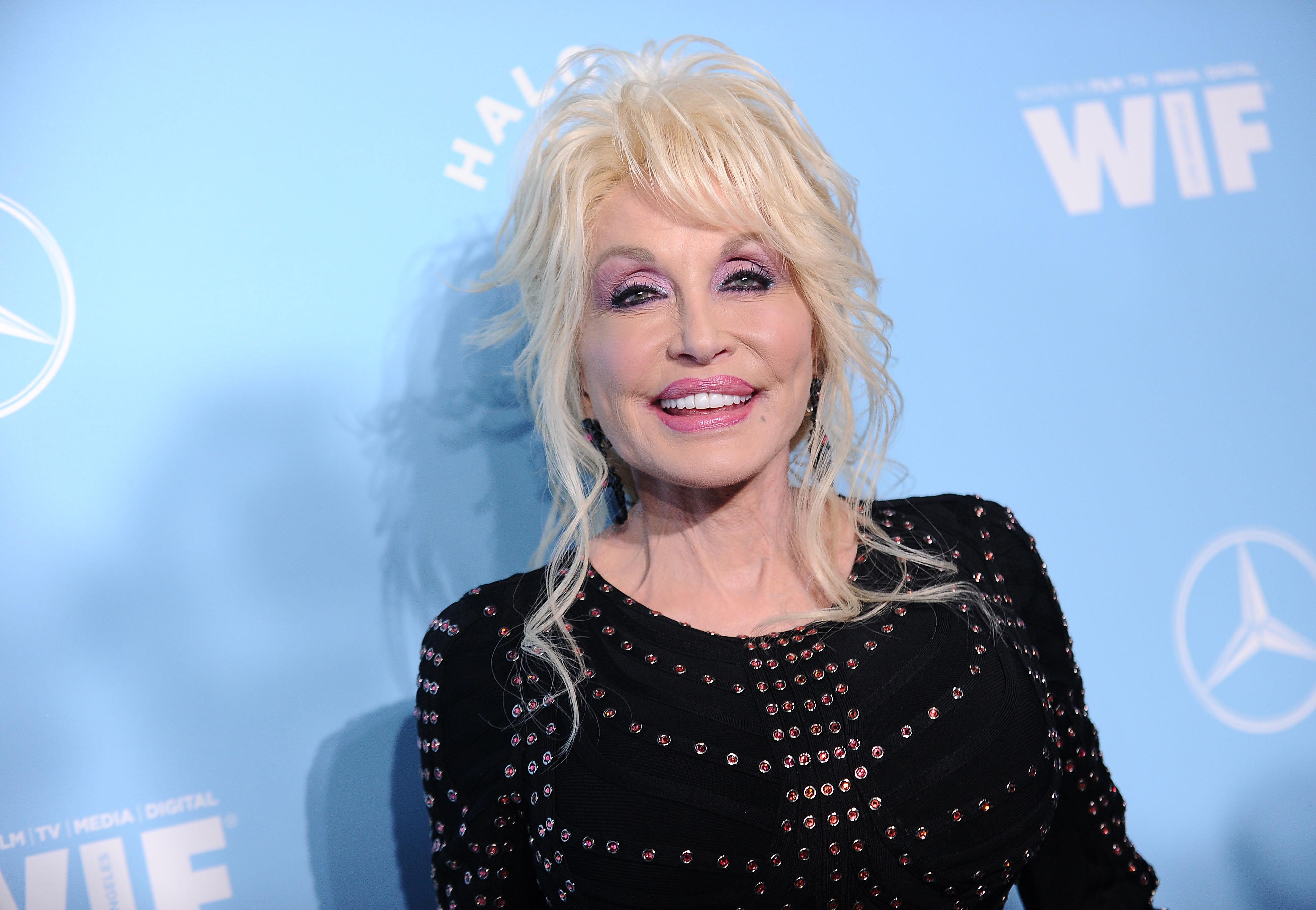 Η Dolly Parton έρχεται στο Netflix. Η πλατφόρμα ετοιμάζει σειρά, βασισμένη στα τραγούδια της