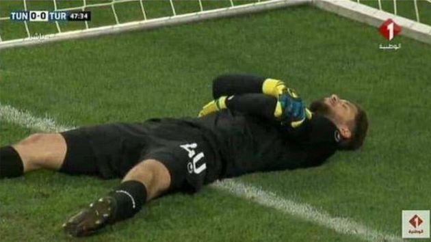 Tat so, als sei er verletzt, damit seine Mitspieler etwas essen konnten: Tunesien-Torwart Mouez Hassen.