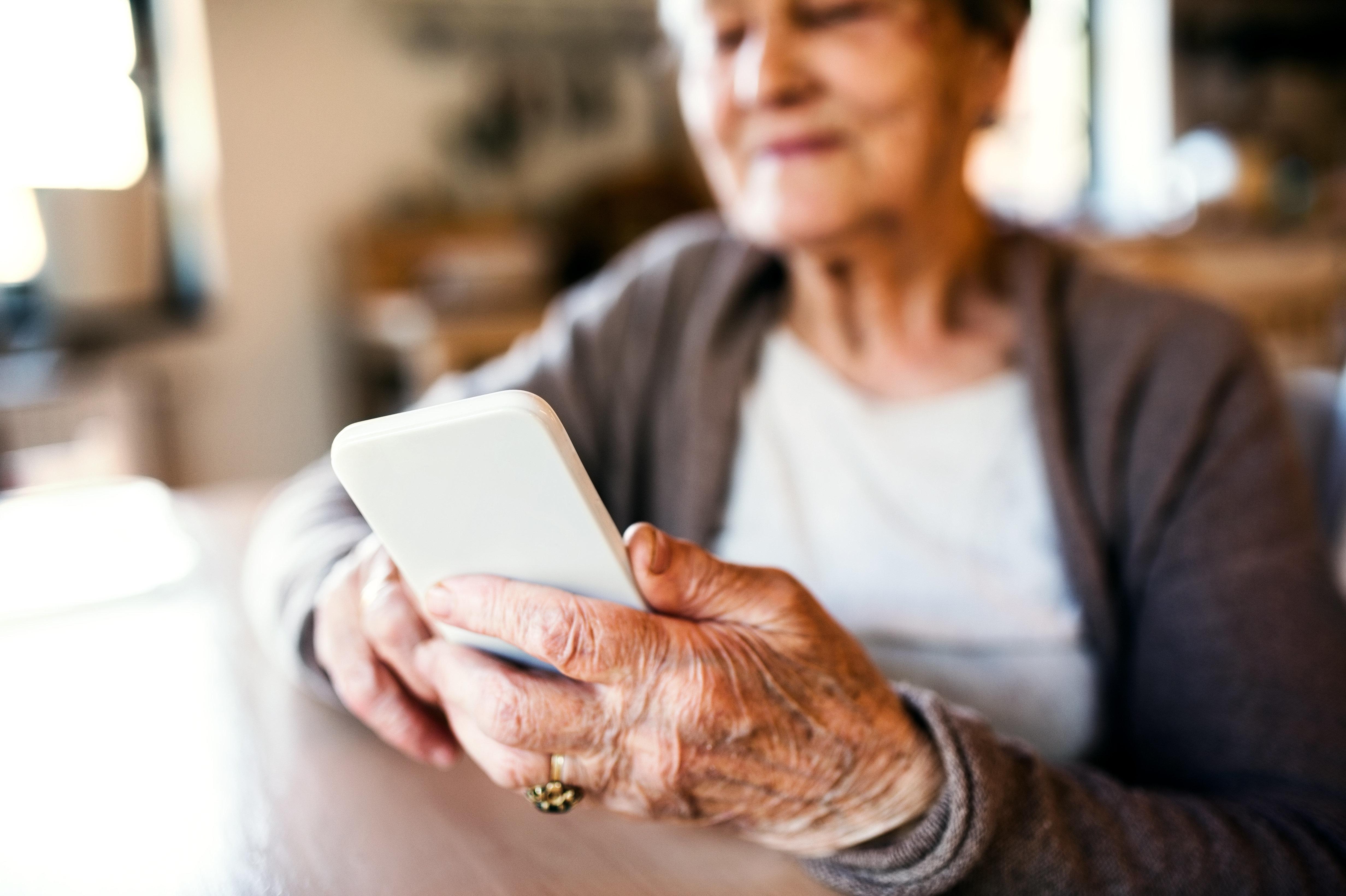 Telefonbetrüger wollen 83-Jährige übers Ohr hauen, aber die legt sie