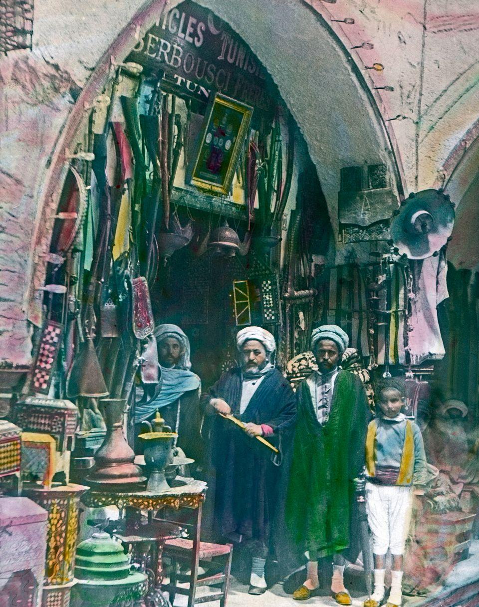 Une photo de commerçants prise devant un bazar, à Tunis, dans les années 20. Elle...