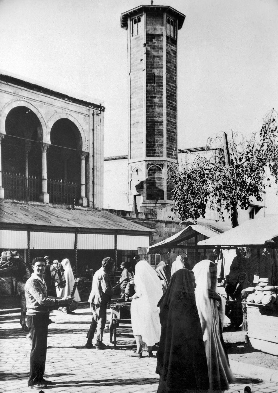 Un touriste américain posant devant une mosquée surplombant le marché à Tunis,...