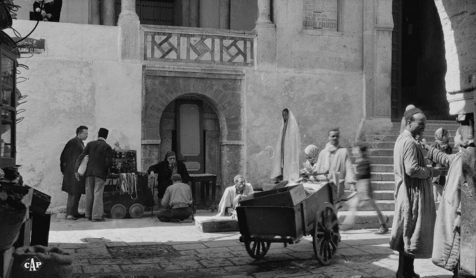 Accès au souk de la médina en passant par la Mosquée Zitouna, appelée pour...