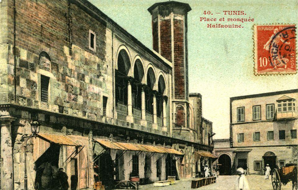 Une carte postale qui représente la place et la mosquée Halfaouine, connue pour son souk,...