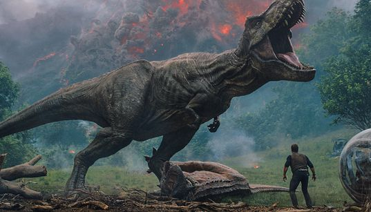 'Jurassic World: Reino Ameaçado' é bobo, divertido... E surpreendentemente