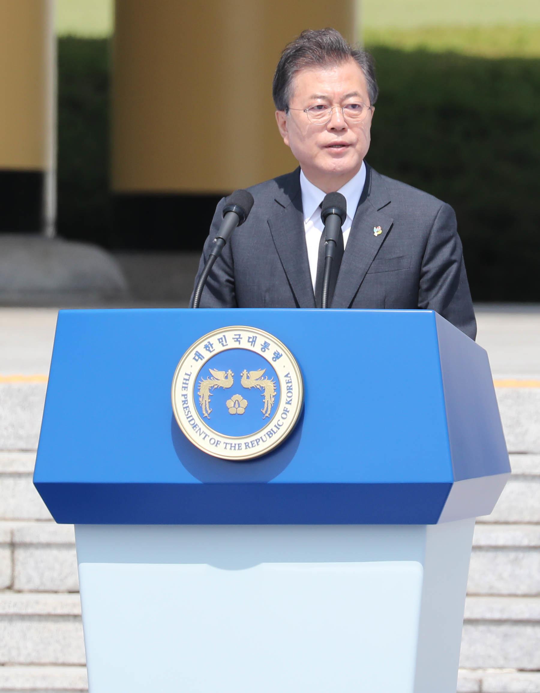 문재인 대통령 현충일 첫 일정은 '무연고 묘지' 참배였다(추념사