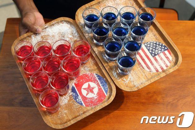 6·12 북미정상회담을 기념해 싱가포르의 술집 '에스코바'가 6일 소개한 술 먹기 게임. 가위바위보를 해서 진 쪽이 10잔을 모두 마셔야 하는데 왼쪽은 북한(소주), 오른쪽은