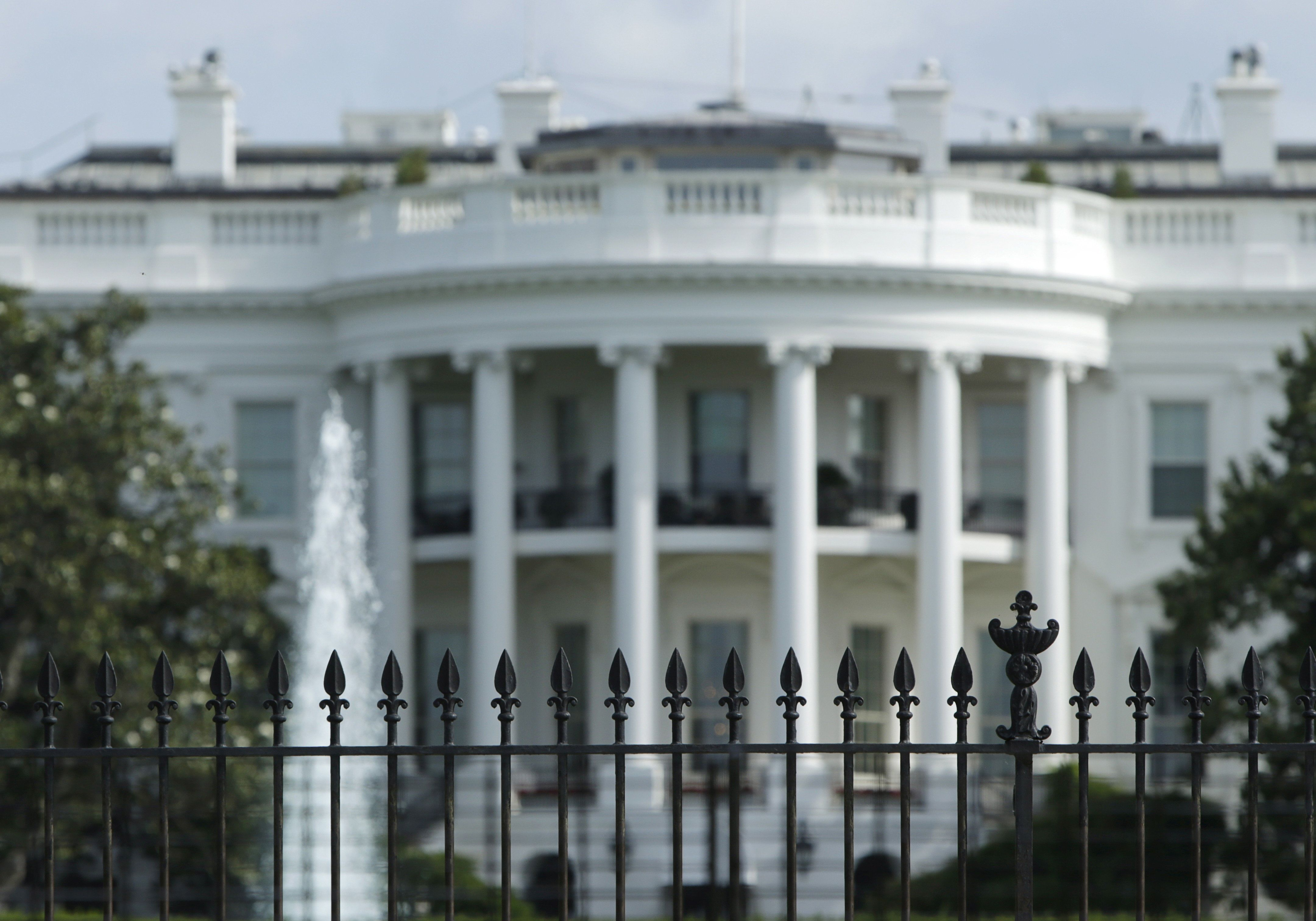 The original South Lawn security fencing is seen at the White House in Washington May 28, 2015. Anti-climb spikes will be added to the fence in late July in an attempt to quell fence jumpers at the Executive Mansion on  in Washington.   REUTERS/Gary Cameron