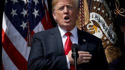 Abwesend und nicht textsicher: Hier verhaut Trump das Singen der