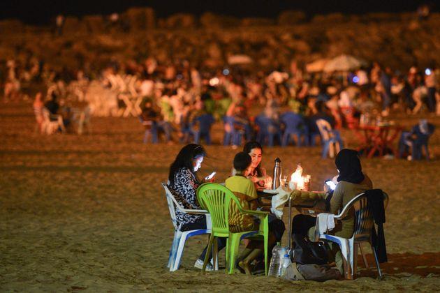 Repas de la rupture du jeûne pendant ramadan surla plage deRabat, le 21 juin