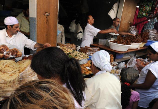 Vendeurs de pâtisseries traditionnelles pendant le mois de ramadan, à Rabat, le 22 août
