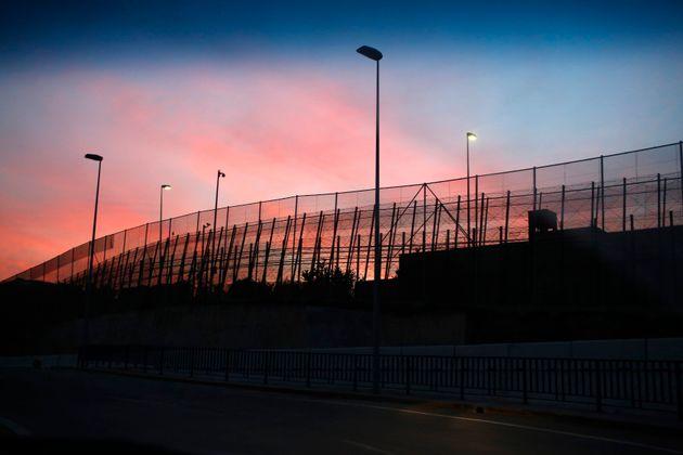 400 migrants tentent d'escalader la clôture de Sebta, deux