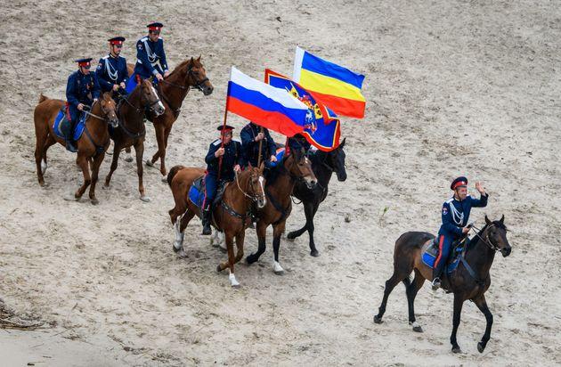 논란의 '코사크 민병대'가 러시아 월드컵에서 게이 키스를 고발하겠다고