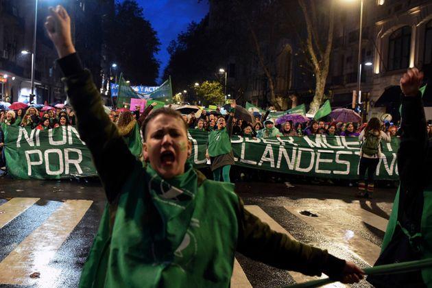 '임신중단 합법화' 투표 앞둔 아르헨티나 여성들의 강렬한 시위