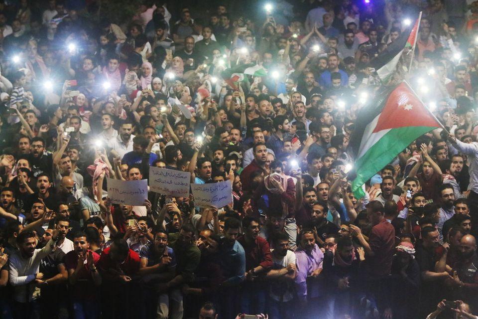 Νύχτες οργής στην Ιορδανία, απεργίες και κινητοποιήσεις για τα μέτρα λιτότητας που φέρνουν οι απαιτήσεις...