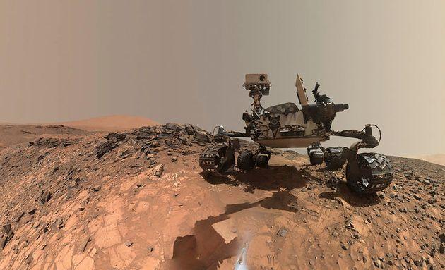 화성의 마운트 샤프에서 찍은 큐리오시티 무인 탐사기