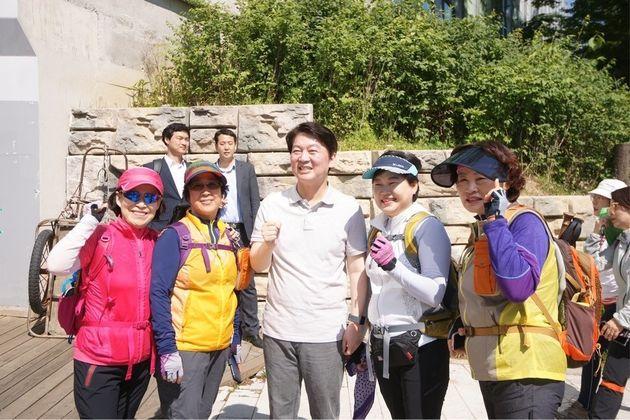 지난 2일 서울 청계산 등산로를 찾아 등산객들과 사진을 찍고 있는 안철수 바른미래당 서울시장