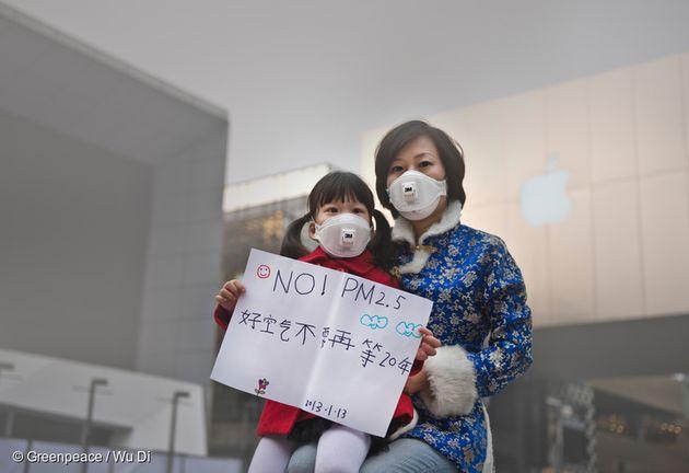 그린피스 캠페인에 참가한 한 어린이와 엄마가