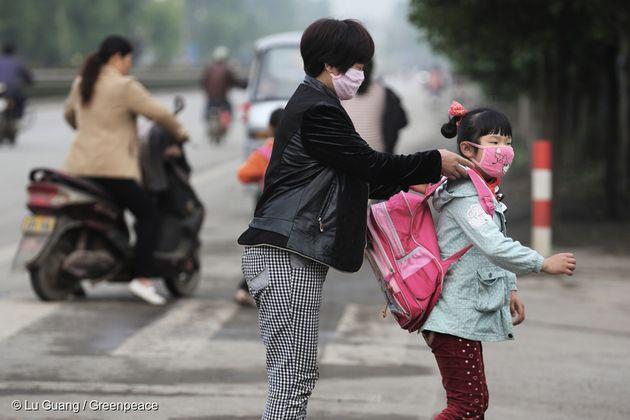 중국 장쑤성의 지역 주민. 공장 인근 초등학교에 다니는 학생들이 대기오염으로 고통받고