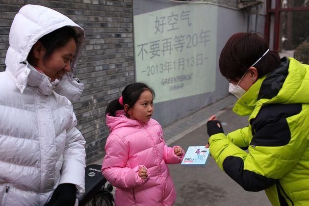 그린피스 베이징사무소 활동가들이 시민들에게 마스크를 나눠주며 초미세먼지와 건강 유해성에 대해 전하고