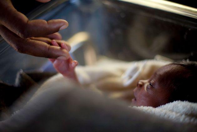 Θαμμένο επί επτά ώρες έμεινε ένα νεογέννητο στη Βραζιλία αλλά κατάφερε να