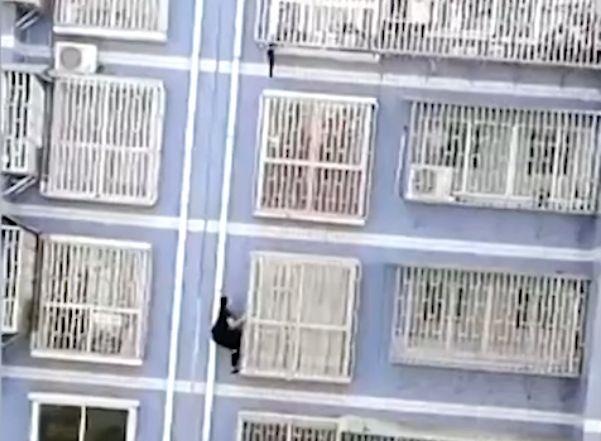 Jetzt auch in China: Kind droht von Balkon zu fallen – dann wird ein Mann zu