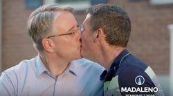 To φιλί ενός Δημοκρατικού υποψηφίου με τον σύζυγό του είναι η καλύτερη απάντηση στην ομοφοβική πολιτική του