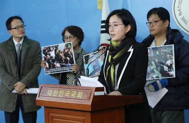 제윤경 더불어민주당 의원이 15일 오후 서울 여의도 국회 정론관에서 폭력적 강제집행 관련 기자회견을 하고 있다. 제 의원은 이날 기자회견에서 지난달 10일과 이달 9일에 벌어진 서촌...