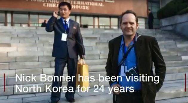 닉 보너가 북한에서 찍은 사진. 오른쪽이