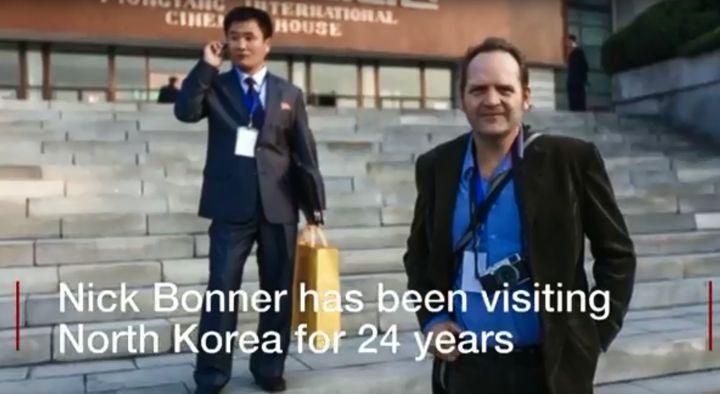 닉 보너가 북한에서 찍은 사진. 오른쪽이 보너다.