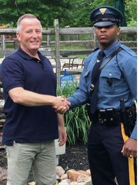Polizist hält Autofahrer an – dann merken beide, dass sie eine besondere Beziehung zueinander haben