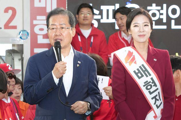 홍준표 자유한국당 대표와 배현진 송파 을 국회의원 후보가 6·13 지방선거 사전투표일인 8일 오후 서울 송파구 서호사거리에서 지지를 호소하고