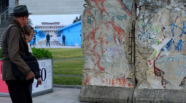 2015년 10월 서울 세종로 대한민국역사박물관에서 열린 광복70주년ㆍ독일 통일 25년 기념 독일ㆍ한국 교류 특별전 '독일에서 한국의 통일을 보다' 전시장 밖에 설치된 베를린 장벽의...