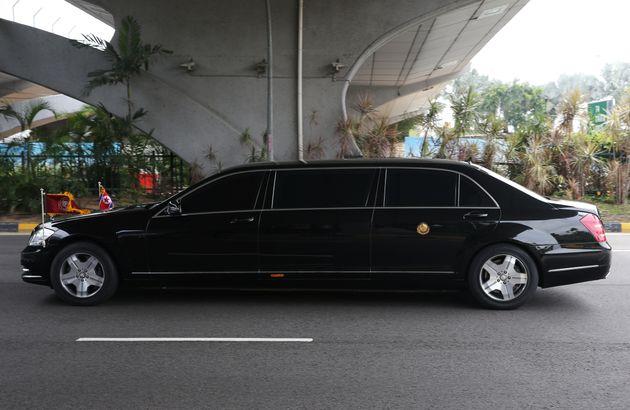 김정은 위원장의 전용차가 10일 싱가포르 시내를 달리는