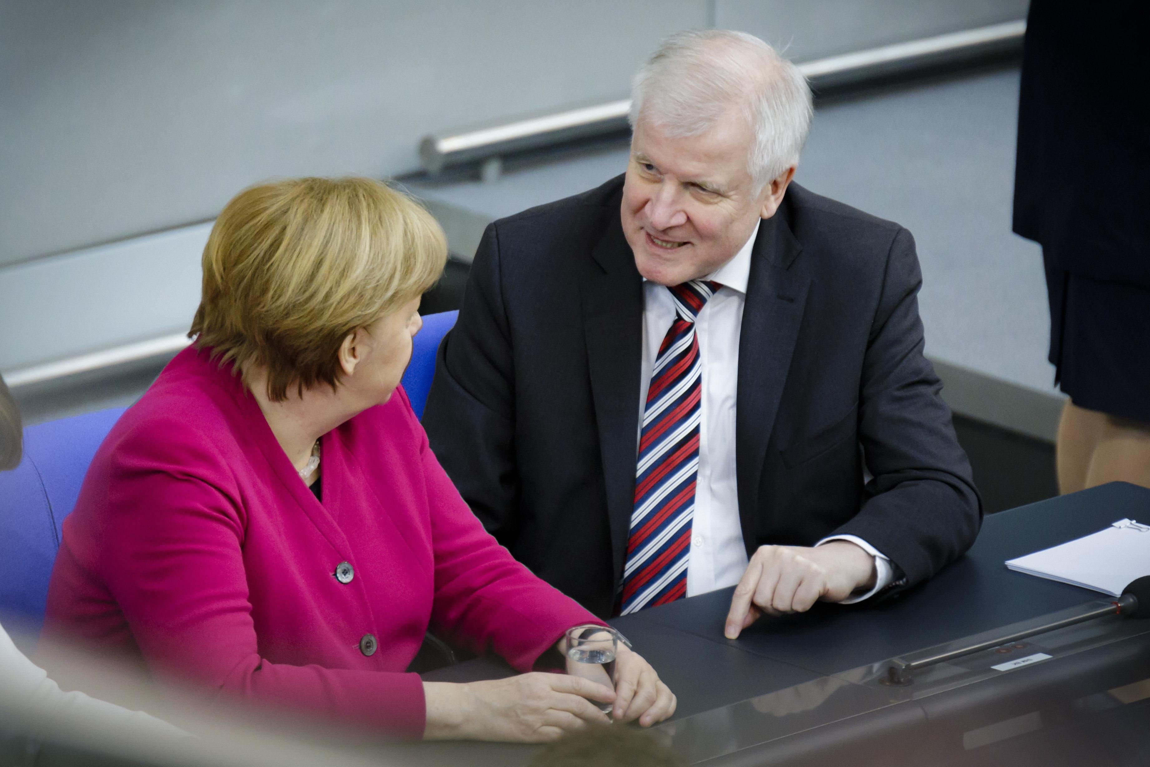 Bericht: Seehofer warnte Merkel bereits 2013 vor Asyl-Chaos im