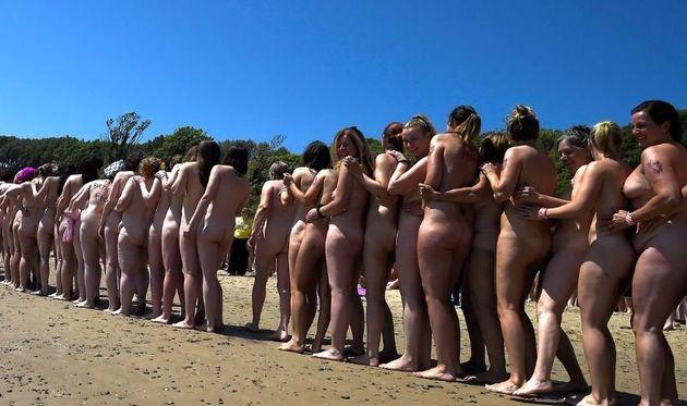 2.500 γυναίκες βούτηξαν γυμνές στη θάλασσα και κατέκτησαν ρεκόρ