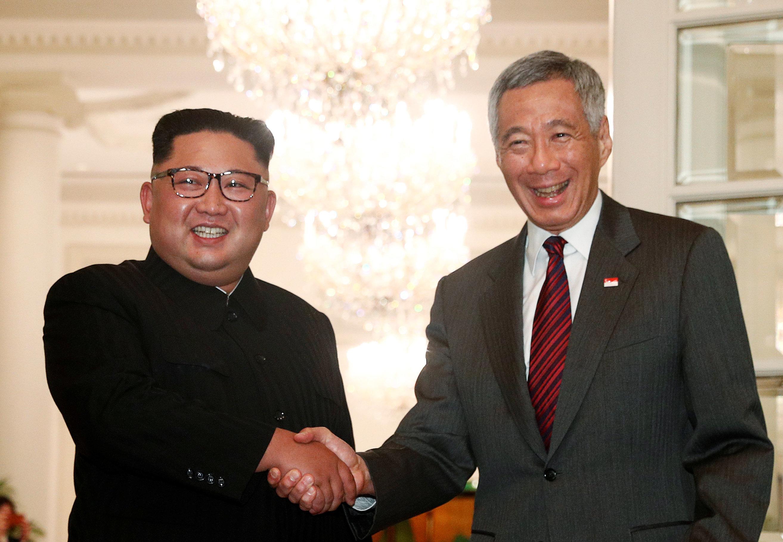 싱가포르 총리와 만난 북한 김정은 위원장의 표정은 밝았다 (화보)