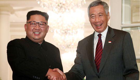싱가포르 총리와 만난 북한 김정은 위원장의 표정은 밝았다