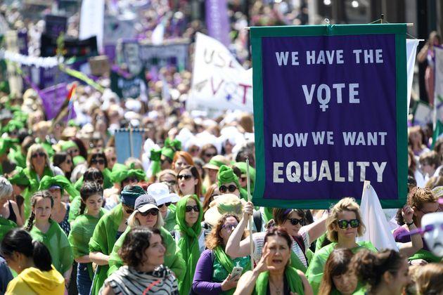 '참정권 획득 100년'을 축하하는 영국 여성들의 행진