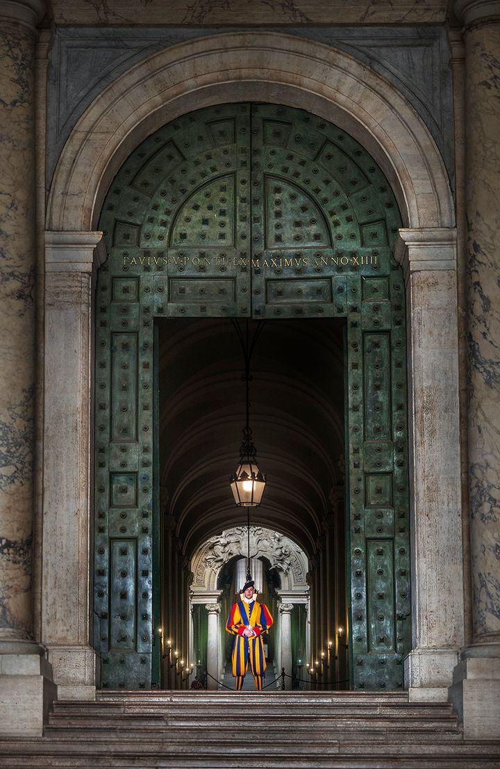 베드로 대성당을 지키는 바티칸 근위병