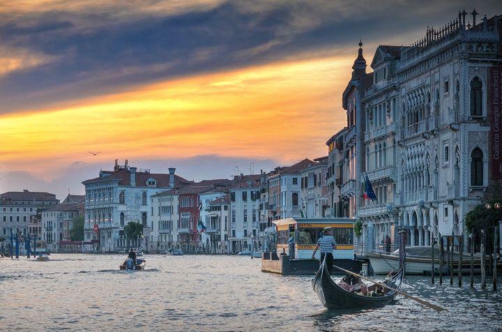 곤돌라가 있는 베네치아의 저녁