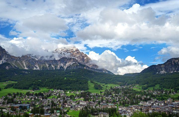 그런 산세 아래에 그림처럼 펼쳐져 있는 이탈리아 알프스 마을 코르티나 담페초. 누구나 며칠 머물러 봤음 하던 천국 같은 곳이니 꼭 한번 가보시길 바랍니다 :<strong>)</strong>