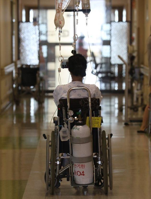 하늘을 날던 K씨는 이제 휠체어에 앉아 있다. 퇴사 뒤 정신적 스트레스가 커져 우울증 마저