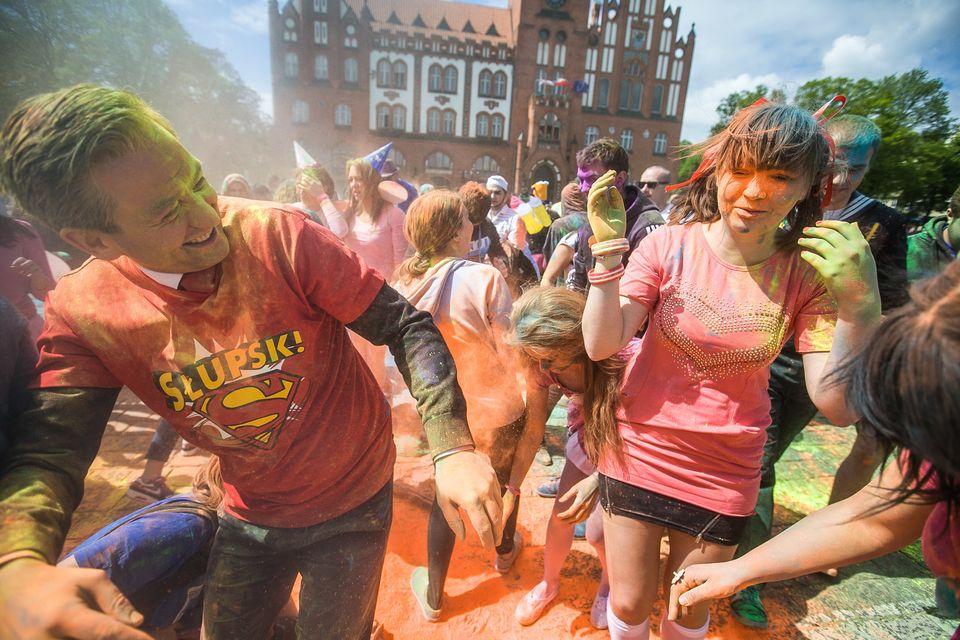 Robert Biedroń gibt sichbürgernah – hier bei farbenfrohen Holi Day