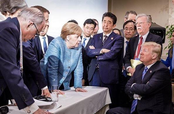 Στη viral φωτογραφία των G7 η Μέρκελ «μαλώνει» τον Τραμπ. Η ιστορία πίσω από το καρε όμως λέει μια άλλη